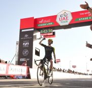 adam-yates-mitchelton-scott-uae-tour-2020-etapa3-meta-1