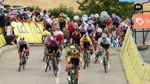 wout-van-aert-team-jumbo-visma-criterium-dauphine-2020-etapa1-grupo